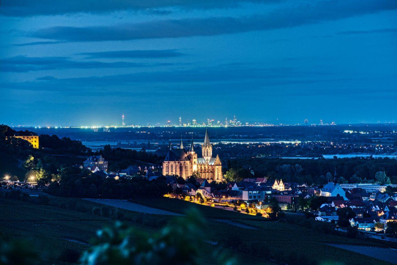 Die Katharinenkirche in Oppenheim zur Blauen Stunde vor der Skyline von Frankfurt am Main. (Foto: Andreas Lerg)