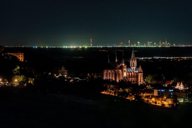 Die Katharinenkirche in Oppenheim mit der Skyline von Frankfurt im Hintergrund. (Foto: Andreas Lerg)