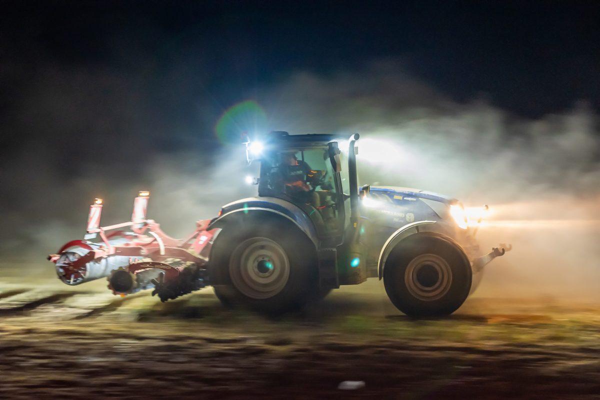 """Ein Traktor saust nachts über einen Acker und ich habe """"mitgezogen"""". (Foto: Andreas Lerg)"""