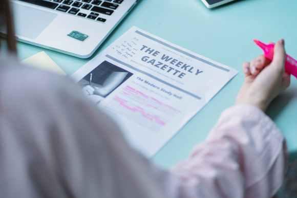 Lernen lernen ist wichtig für unser restliches Leben. crop student reading text on paper at table