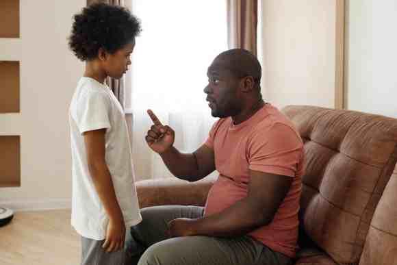 father talking to his son Versetzung Schule Corona Sitzenbleiben
