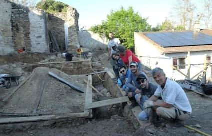Chantier participatif : maçonnerie en pierre sur des remparts du XIVème à Communay