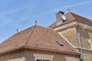 photo d'une toiture en tuiles plates réalisée par les Charpentiers montbardois à Montbard
