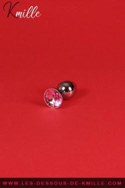 Test d'un plug anal small rehaussé d'un cristal rose, de Bondage LeGastronomeSexy.