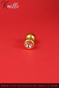 Test d'un bijou anal doré et rehaussé d'un faux cristal, de la marque Pipedream.