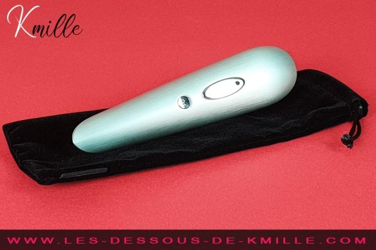 Test d'un stimulateur de clitoris sans contact en aluminium brossé pour des plaisirs haut-de-gamme.
