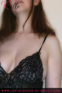 Présentation d'un déshabillé en maille et dentelle, de la marque Leg Avenue.