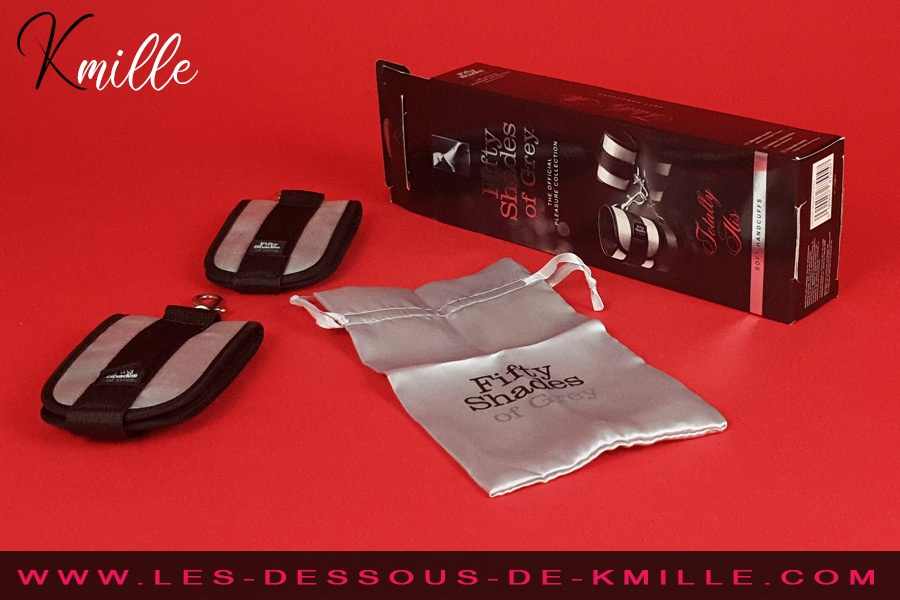 Kmille teste les menottes souples Totally His, de Fifty Shades.