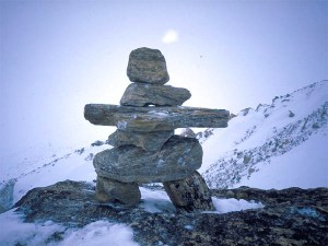 """Inukshuk qui en inuit veut dire """"ce qui a la capacité d'agir comme un être humain"""" ou """"ce qui ressemble à un être humain"""""""