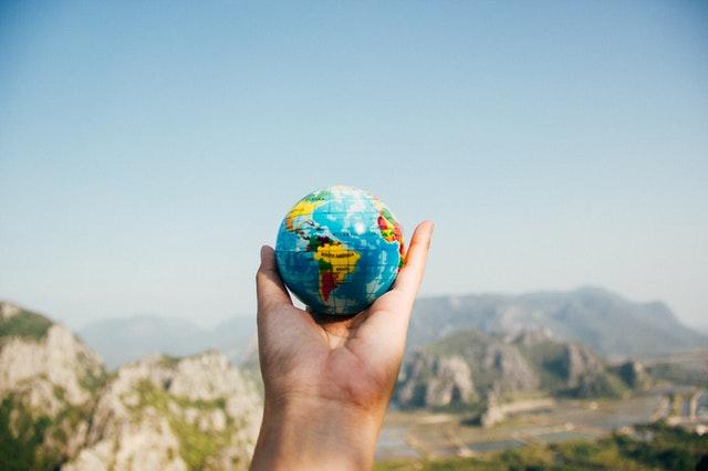 Terre dans une main