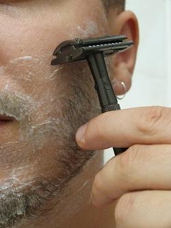 Rasoir de sûreté dans une main