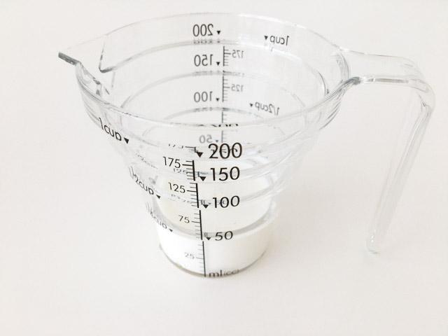 山崎の計量カップに牛乳が入っている,