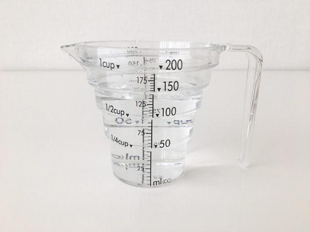 130mlの水が入った計量カップ,山崎実業の計量カップ,