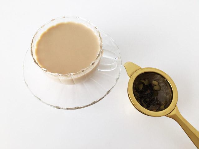 チャイを注いだグラスとティーストレーナー,KUSMI TEA,KASHMIR TCHAÏ,