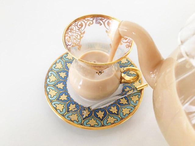 チャイグラスにチャイを注いでいる様子,クスミティー,カシミールチャイ,KUSMI TEA,KASHMIR TCHAÏ,