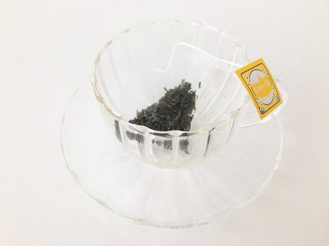ティーカップにクスミティーのジャスミン グリーン ティのティーバッグを入れた状態,KUSMI TEA,Jasmine green tea,