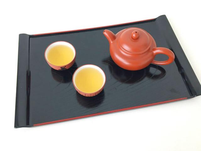 中国茶器でお茶を飲む様子,