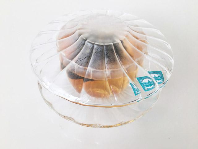 受け皿をティーカップにのせて蒸らしている様子,KUSMI TEA,PRINCE VLADIMIR,
