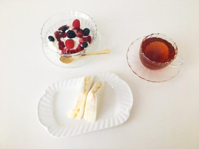 サンドイッチとブルーベリーラズベリーとクスミティーのサンクト ぺテルブルク,,KUSMI TEA,St.Petersburg,