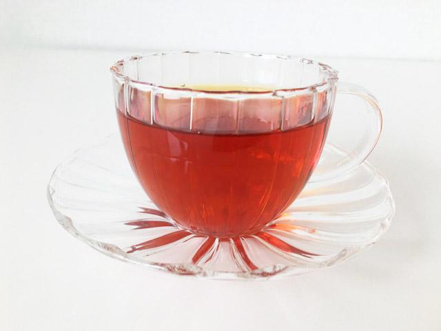 クスミティーのロシアン モーニング No.24で淹れた紅茶が透明のティーカップに入っている,KUSMI TEA,Russian Morning No.24,