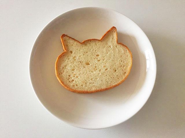 焼く前のいろねこ食パンが1枚お皿に置かれている