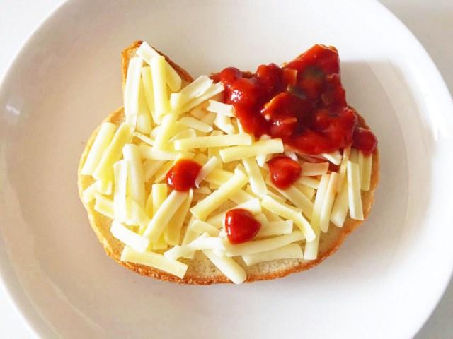 KAGOMEの具だくさんピザソースでねこパンの顔を描いたところ