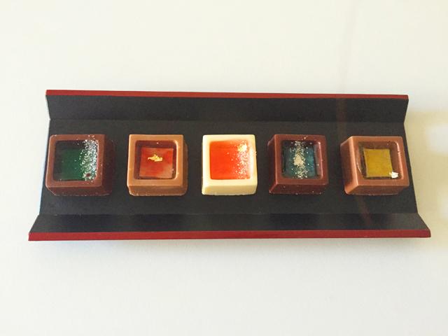 ショコラベルアメール京都別邸,瑞穂のしずく,京都日本酒のチョコレートが5つ並べられている