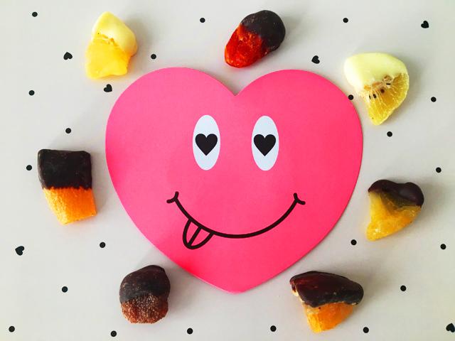 舌を出した顔つきのピンクのハートのまわりにラブフルーツミックスが並んでいる,COMPARTES