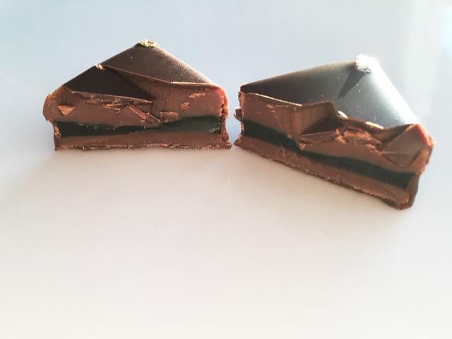 LE CHOCOLAT DE H,陰翳礼讃の讃のチョコレートを2つにカットした状態,