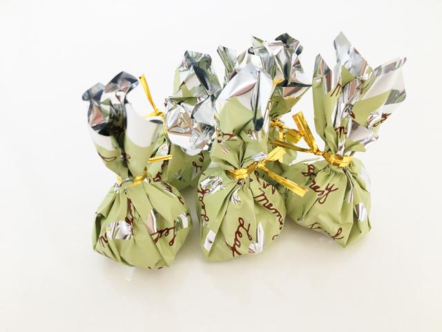 モンロワール,リーフメモリー,緑の巾着が5つ並べられている,葉っぱのチョコ,