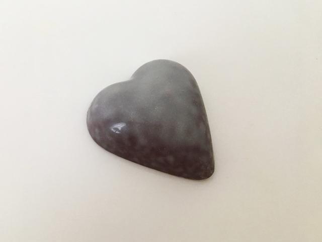 ピエールルドン,NATASHA,ナターシャ,グレーのハート型のチョコレート,ボンボンショコラ,アーモンドプラリネ,ビターショコラ, Pierre Ledent,Heart-shaped chocolate,Valentine,Bonbon de chocolat,