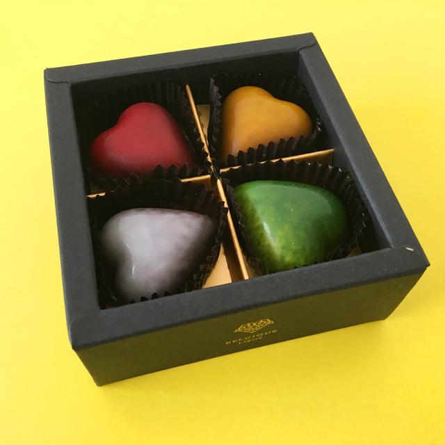 ピエールルドンのプチシャトーの赤・黄色・グレー・緑のハートのチョコレートが4粒入っている,プチシャトー,8粒入,バレンタイン,チョコレート,ベルギーのチョコレート, Pierre Ledent,Petit Château,Valentine,chocolate,Belgium,