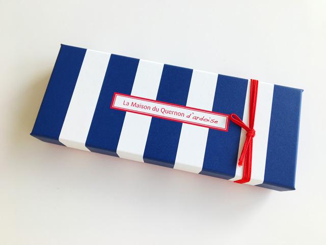ケルノン ダルドワーズ,ネイビーと白のストライプの箱に赤くて細い紐で留められている,Quelnon d'ardoise,La maison du Quernon d'ardoise, ラ メゾン デュ ケルノン ダルドワーズ