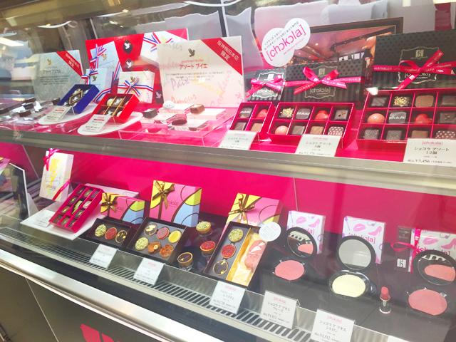 阪神百貨店,バレンタイン,タルトレットショコラとショコラ ア マキエがショーケースに展示されている