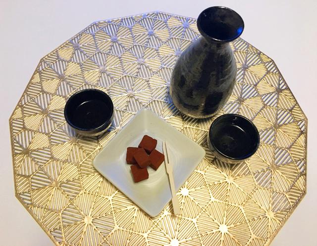 日本酒の熱燗とシルスマリア公園通りの石畳シルスミルクをペアリングしている様子,生チョコ,バレンタイン,2021,チョコレート,ガナッシュ,生チョコレート, SILSMARIA,Valentine,chocolate,ganache,
