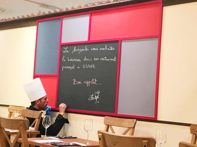 ラファリグール,La farigoule,店内の黒板にシェフがチョークで何か書いている様子,フランスフェア2019,