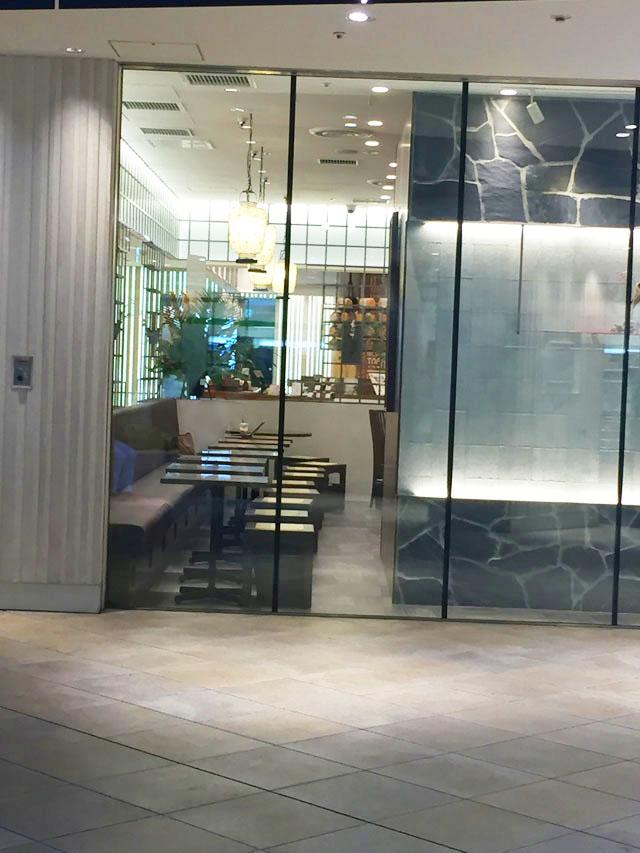 春水堂,チュンスイタン,グランフロント大阪B1,2名用のテーブル席が一列にずらりと並んでいる様子
