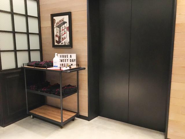 モクシー大阪新梅田,エレベーターの横にゲストルーム用のセルフサービスの室内着が置かれている,Moxy Osaka Shin Umeda,
