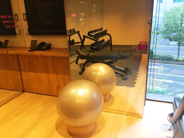 モクシー大阪新梅田,フィットネスセンター,ジム,鏡に映ったバランスボール,Moxy Osaka Shin Umeda,