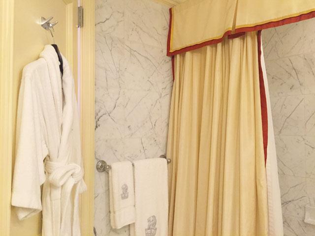 バスルームにバスローブが掛けられている