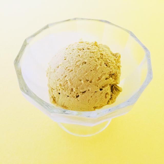MALGA GELATO,グランピスタチオ黄色の背景,アイスグラスに入っているアイス,横からの撮影,