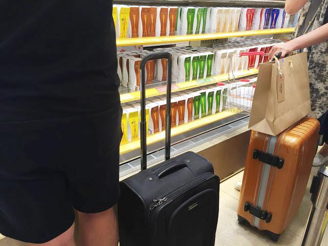 バトンドール,阪急うめだ,海外からの観光客もお土産として購入している場面