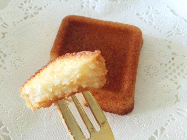 一口サイズにカットしたバターバトラーのバターフィナンシェをフォークで食べようとしている様子