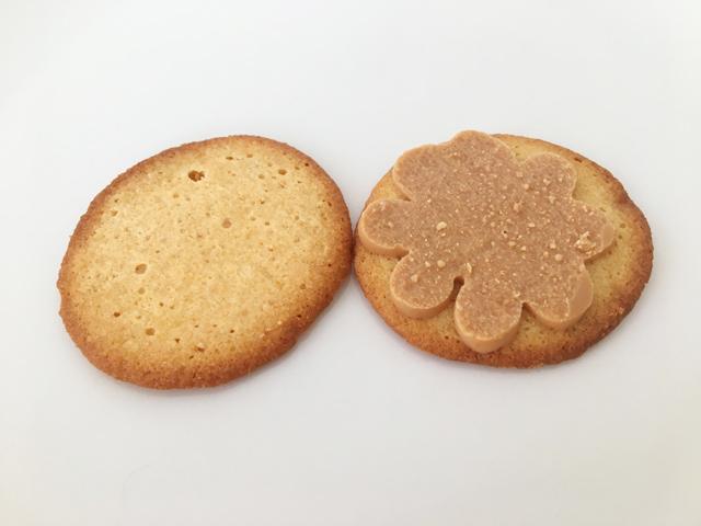 ケイクテイル,パンケーキクッキー キャラメルの2枚のクッキーを外した状態,CAKE TALE,