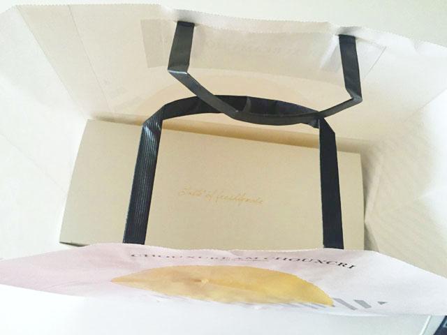 シュクリムシュクリ,紙袋の中に白い箱が入っている様子