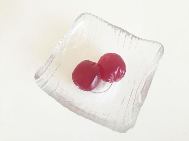 コロロ,巨峰,中身2粒が透明のお皿に入っている