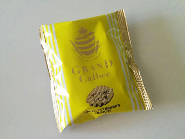 グランカルビポテトビートシチリアの塩とレモン味が1袋テーブルに置かれている