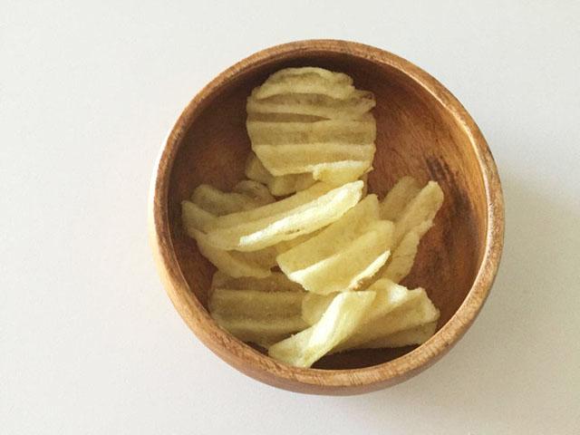 グランカルビポテトビートのシチリアの塩とレモン味を木のお皿に移した状態