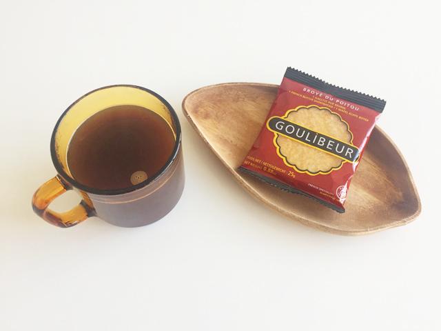 """コーヒーとお皿にのったグーリブールのガレットピロー,"""""""