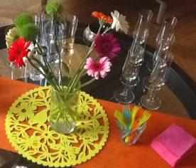 fleurs-couverts-plastiques-en-couleur-liniserviettes-papier